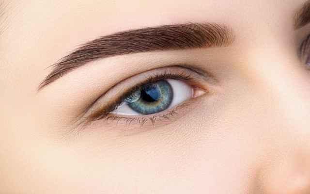 Usa esto y tus cejas y pestañas crecerán como nunca. Serás la envidia de todas tus amigas